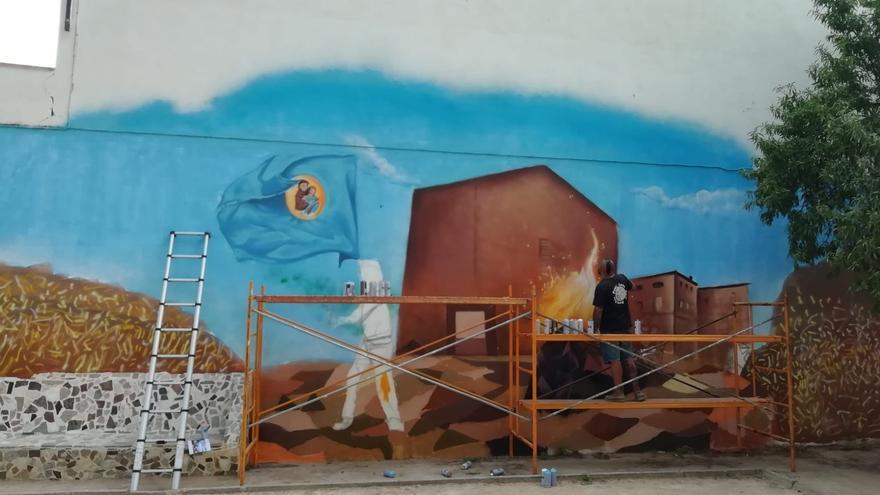 Los jóvenes de San Antonio pintan un mural en graffiti para reivindicar la identidad local