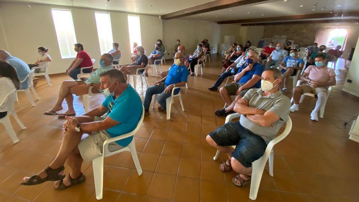 Asistentes a la exposición del proyecto de renovación del mercado de O Rosal. / FdV