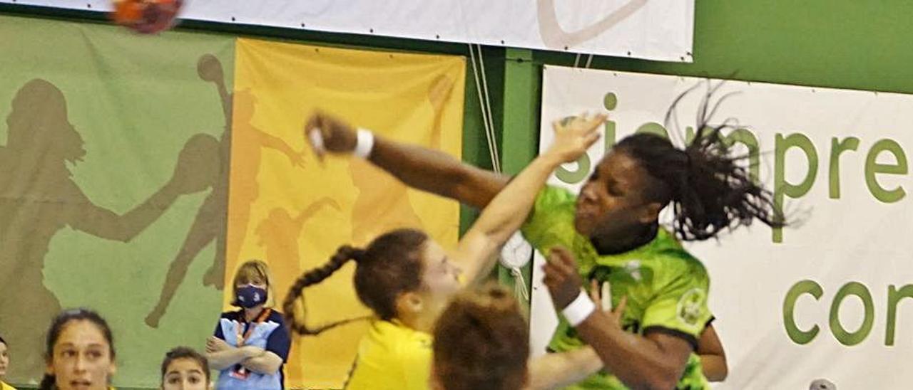 La cubana Lisandra Lussón ejecuta un lanzamiento en el partido de ayer.