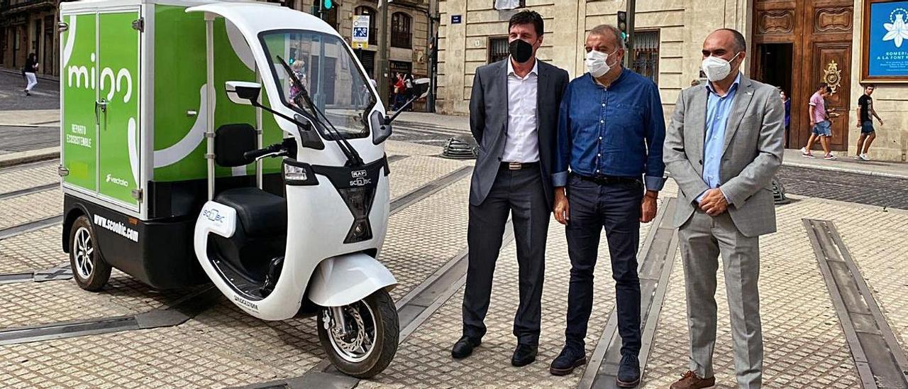 Detalle del vehículo eléctrico que repartirá y recogerá paquetes en el centro histórico.  