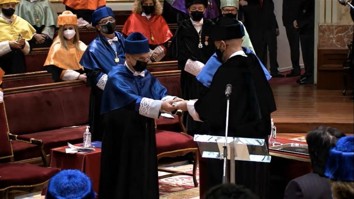 Francis Mojica, en el momento de ser investido doctor Honoris Causa por la UCM.