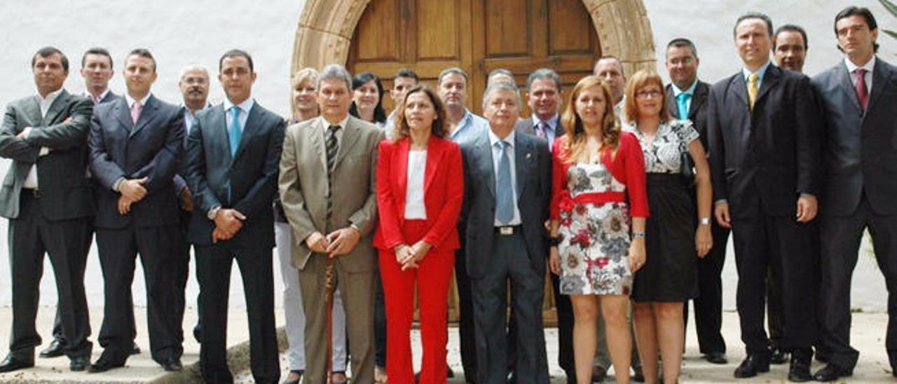 Imagen de los miembros de la Corporación de Pájara en la pasada Legislatura tras la toma de poseción.
