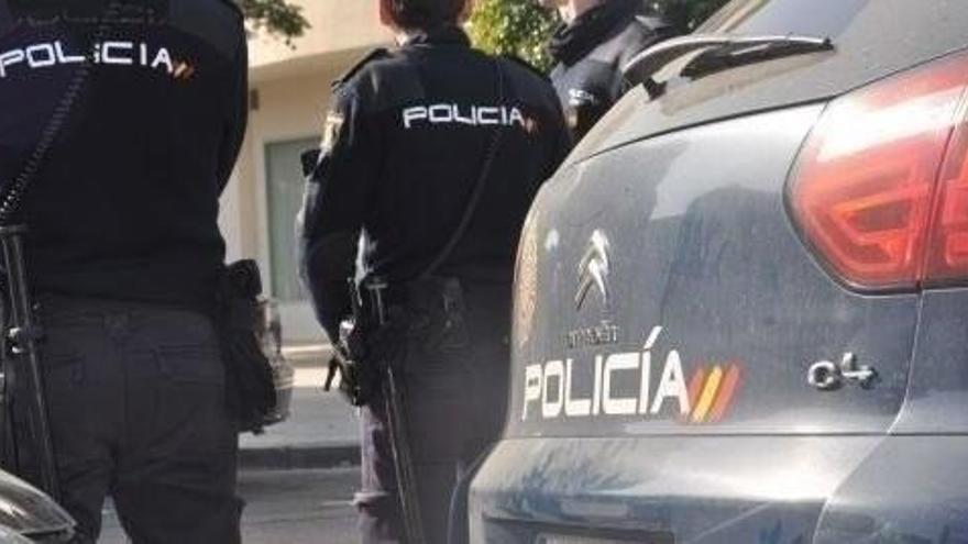 Suceso ante una comisaría de la Policía Nacional.