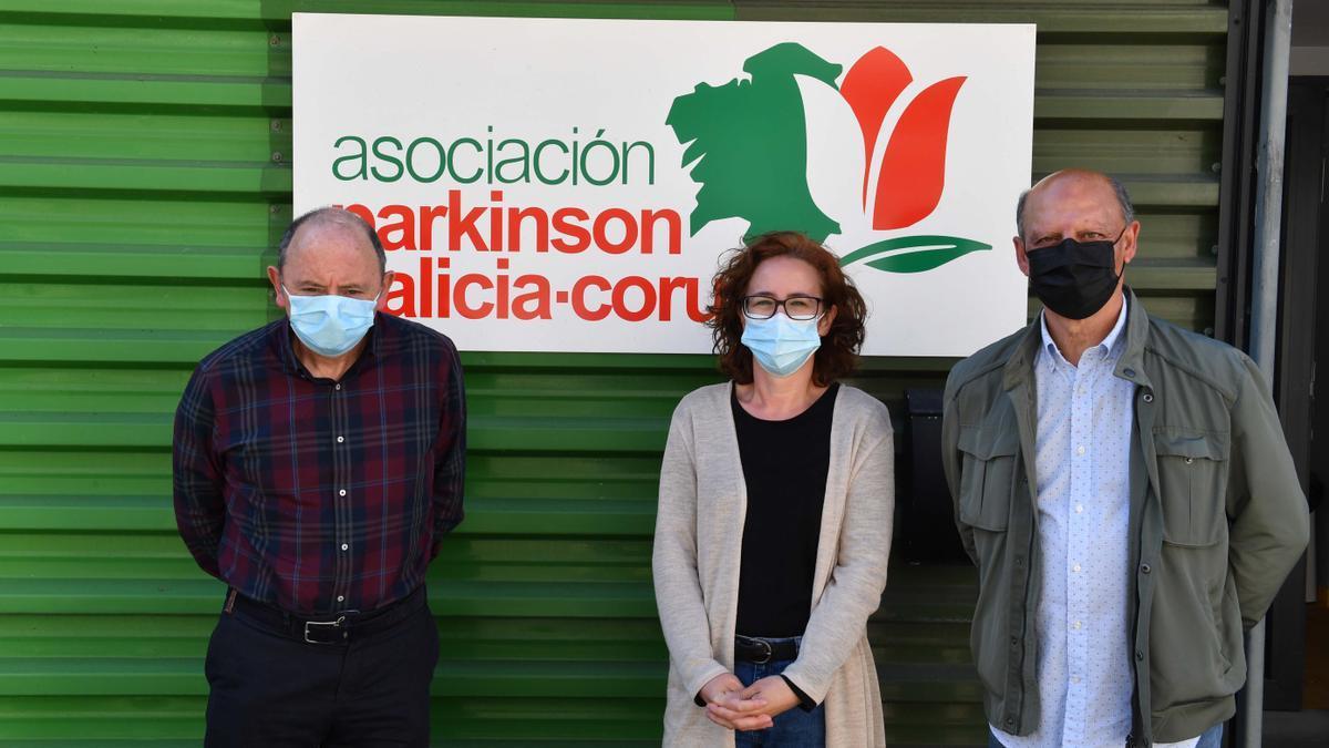 Ángel Castañeda, Ana Liste y Ricardo González, esta semana, en la sede de Párkinson Galicia-A Coruña.