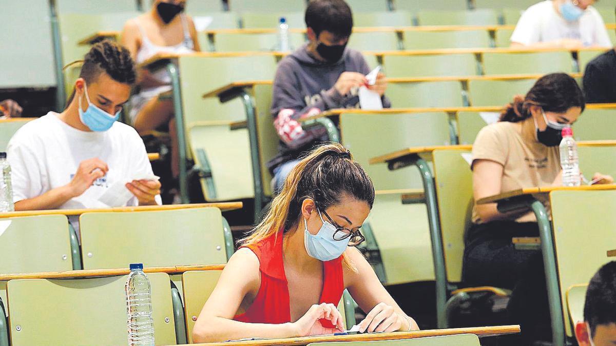 Varios alumnos realizan la primera prueba de la Evau, el pasado mes de junio, en la Universidad de Zaragoza.