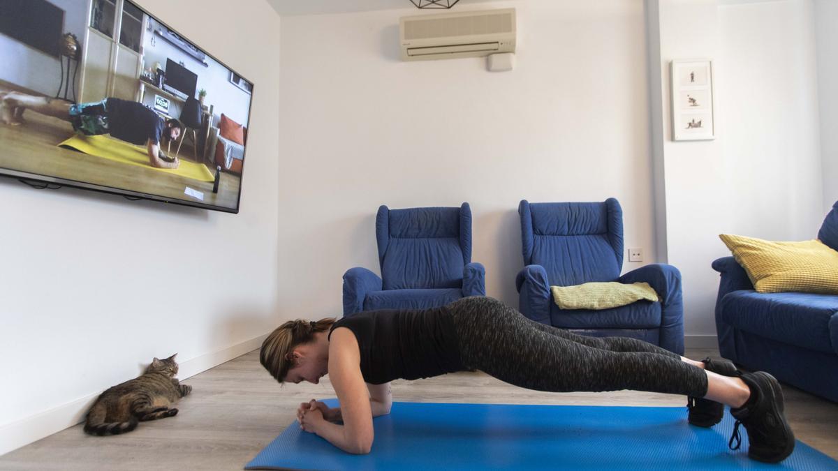 Una valenciana hacer ejercicio en casa durante el confinamiento.