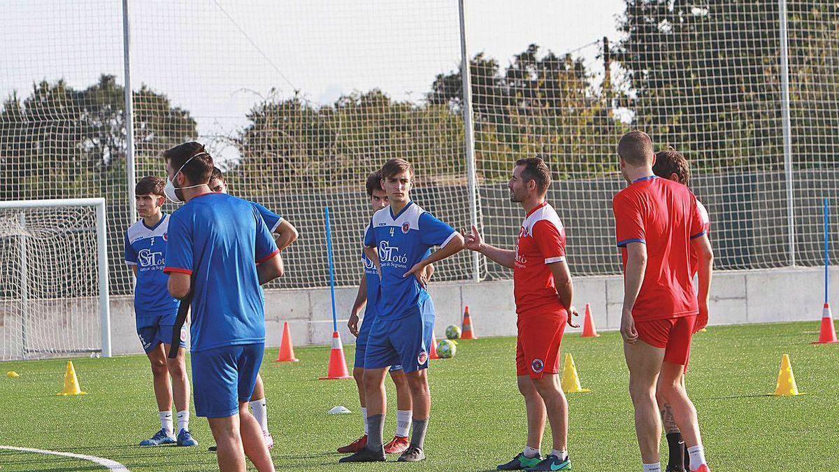 Rubén Durán alecciona a algunos compañeros durante uno de los entrenos en Vilar de Astrés.