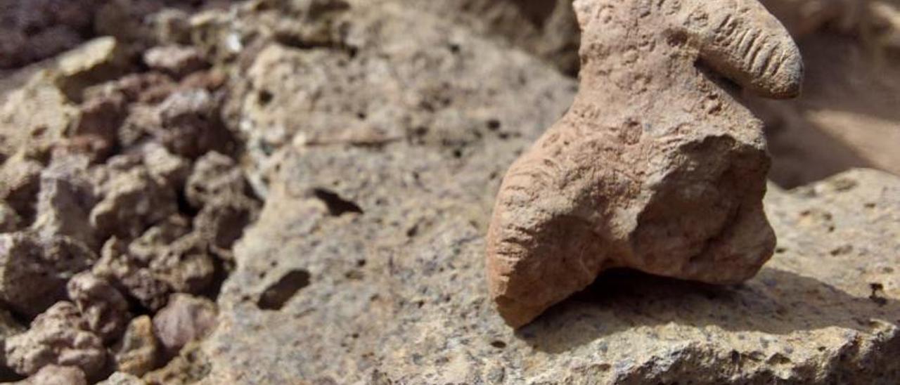 Una de las figuras descubierta por los arqueólogos en el yacimiento, que es novedosa por la decoración de líneas y círculos con la que cuenta.     LP/DLP