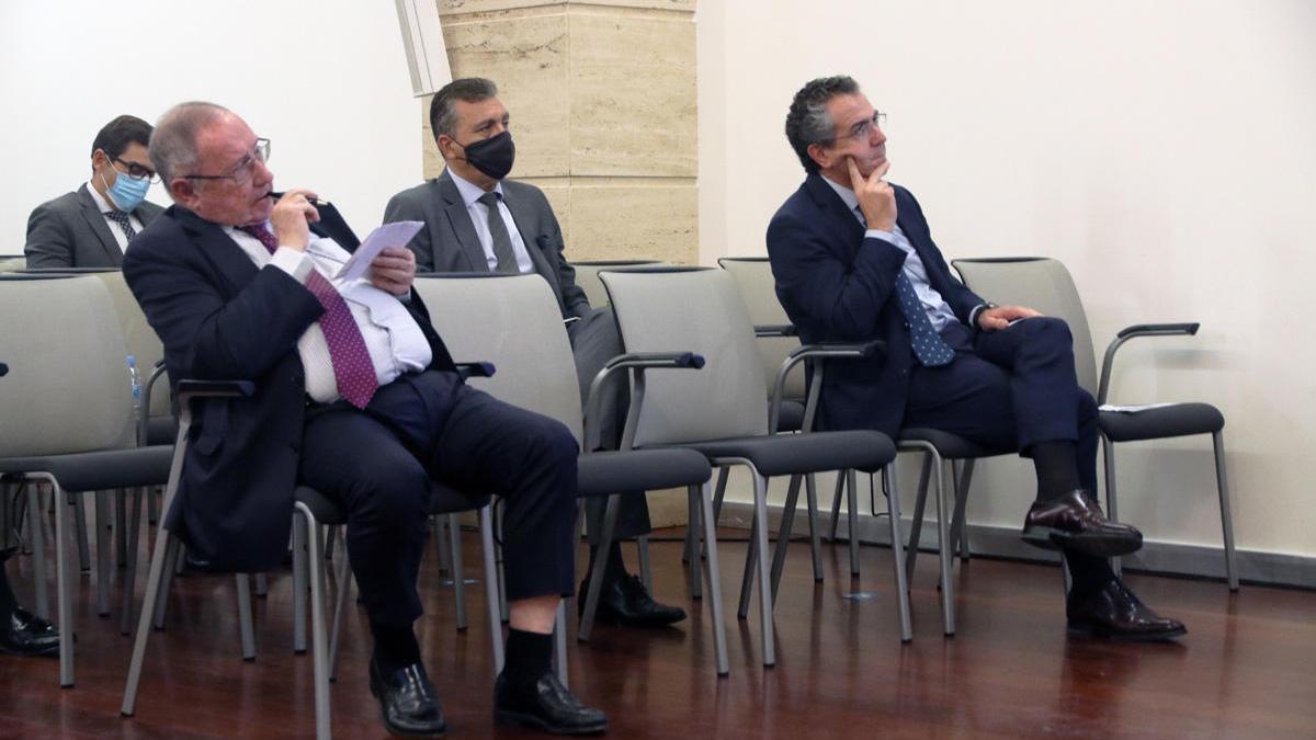 Eduardo Baamonde, (dcha.) y José Luis Bonet, escuchan una de las intervenciones de la jornada .