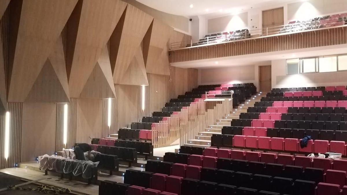 El salón de actos del Centro Polivalente Integrado de Lugones.
