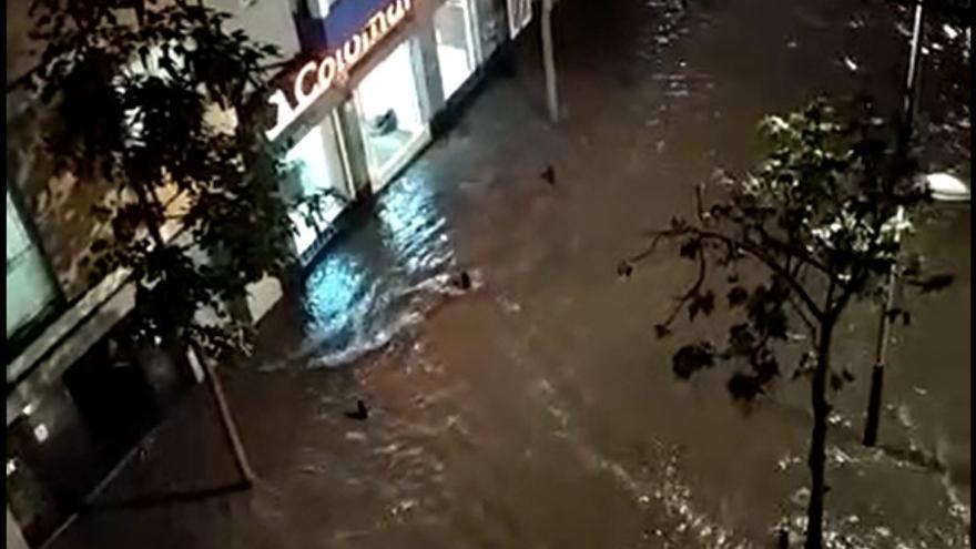 Una tromba de agua anega negocios, calles y atrapa a vecinos y vehículos