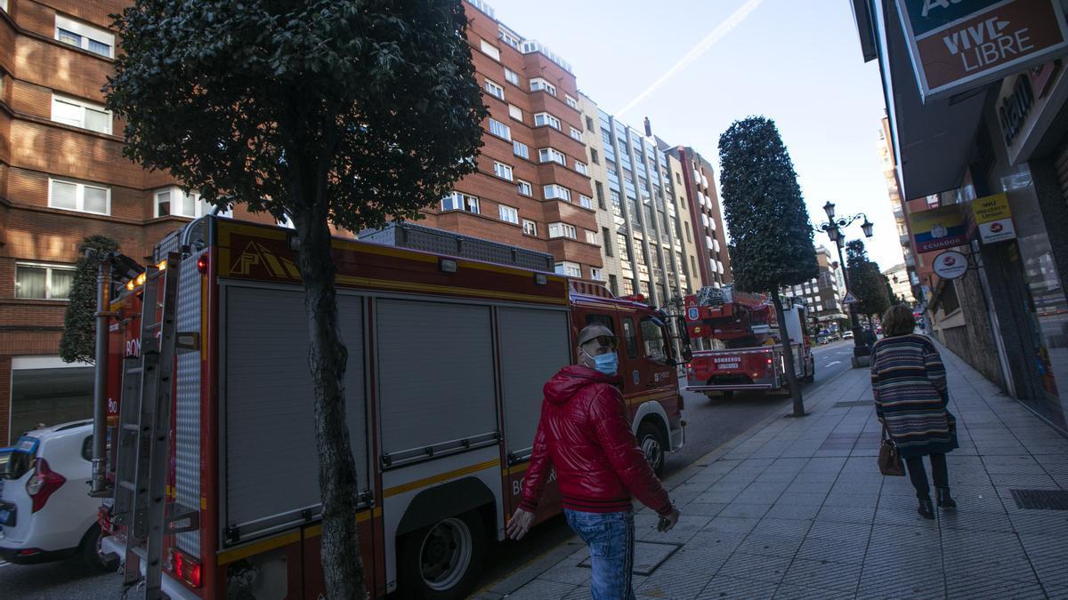 Una intervención de los bomberos en la calle Uría.