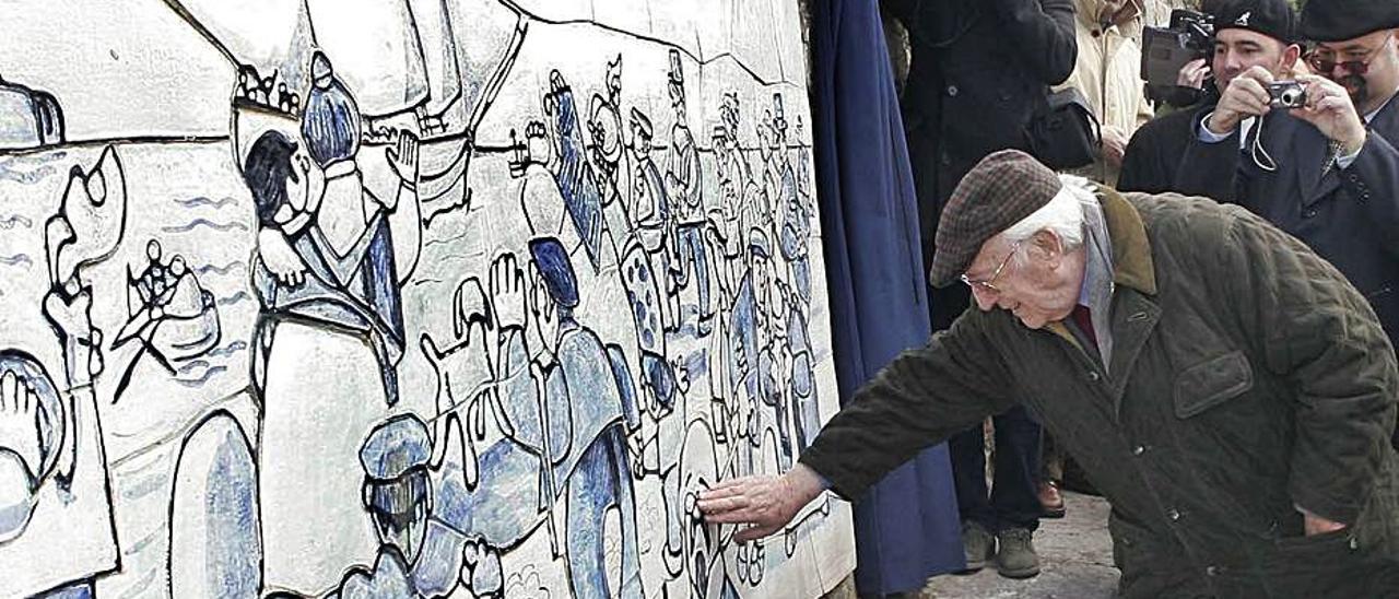 Mingote, tocando uno de sus murales.
