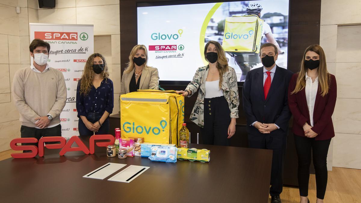 Representantes de Glovo y SPAR Gran Canaria tras la firma del acuerdo