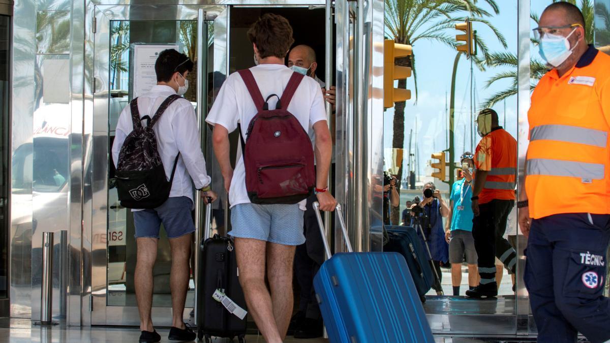 Estudiantes accediendo al hotel covid.