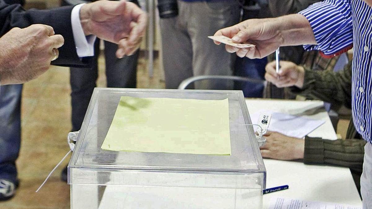 Un ciudadano ejerce el derecho al voto en unas elecciones.