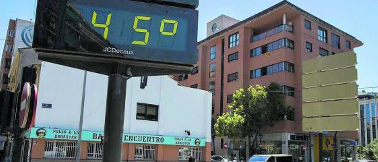 Un termómetro marca 45º C en la ola de calor de esta semana sufrida en la Comunidad. | GERMÁN CABALLERO