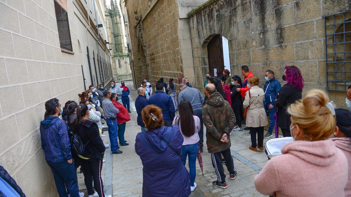 Numerosos participantes en el sorteo, antes de entrar en Las Claras.