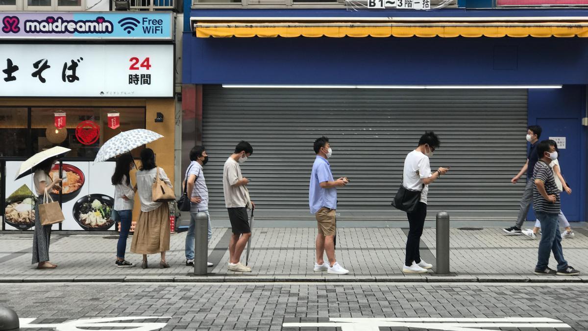 Ciudadanos en una calle de Japón manteniendo distancia social.