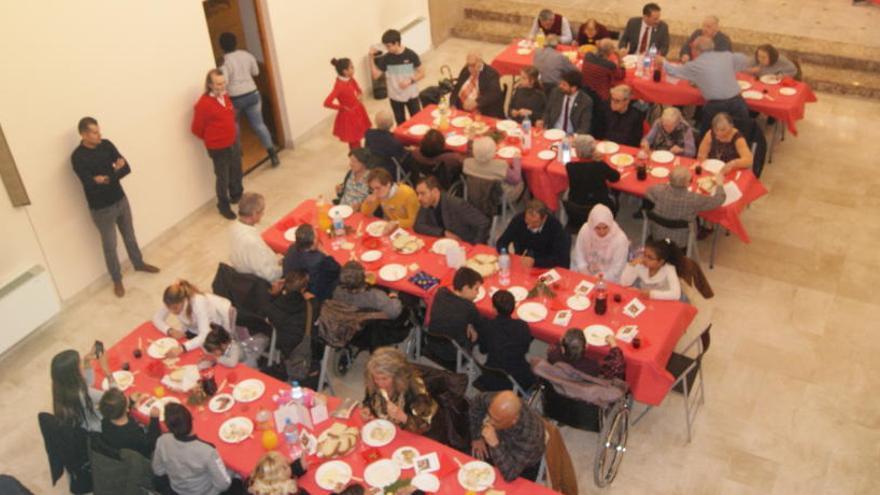 350 persones al dinar de Nadal de la comunitat de Sant Egidi a Manresa