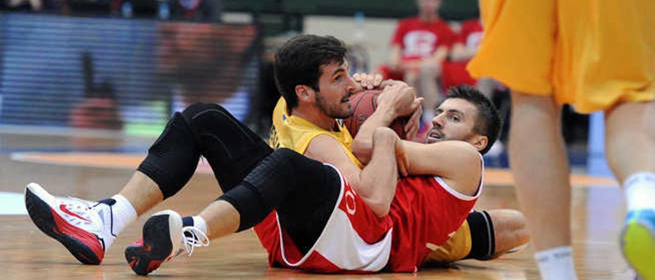 Tomás Bellas disputa un balón en el suelo con Nemanja Gordic.