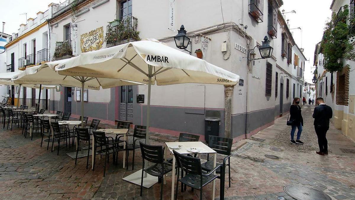 Imagen de archivo de una terraza vacía en la Judería de Córdoba.