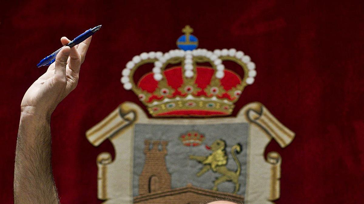 El alcalde de Ourense, Gonzalo Pérez Jácome, en un pasado pleno municipal.     // BRAIS LORENZO