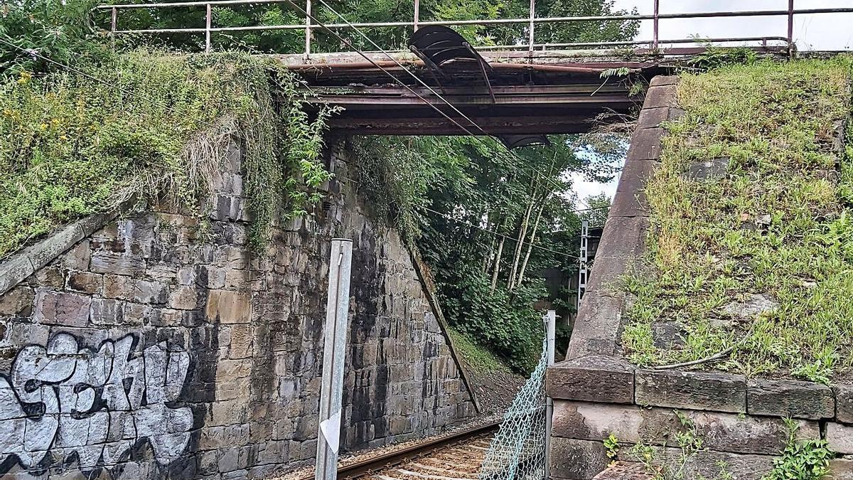La pasarela peatonal de acceso al pozo Fondón.   E. P.