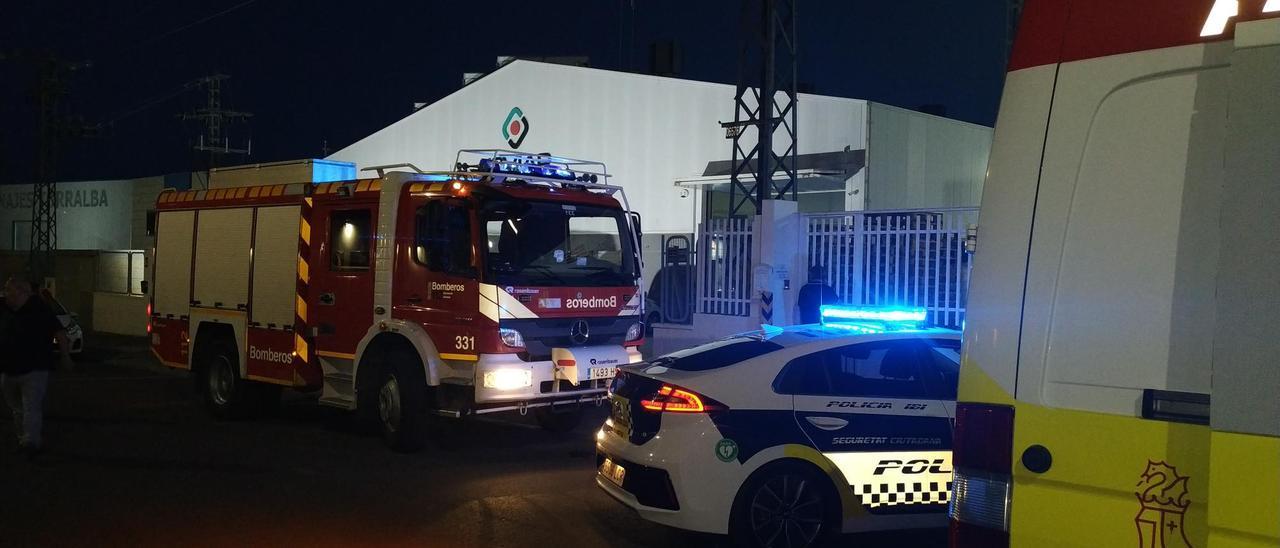 Vehículos de la Policía Local, los bomberos y la ambulancia en el exterior de la empresa de Ibi donde se produjo el incendio.