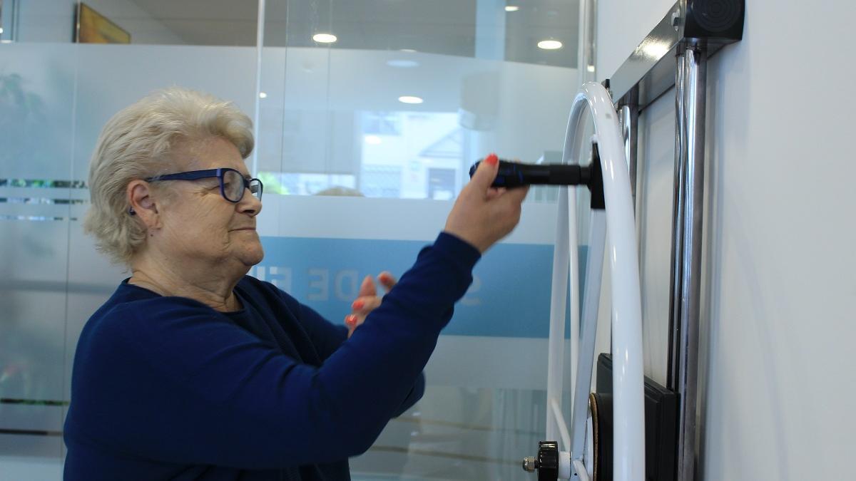 Una persona mayor haciendo ejercicio.