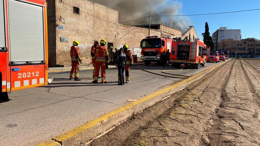 Un incendio en una nave de Tavernes obliga a desalojar a 30 sin techo