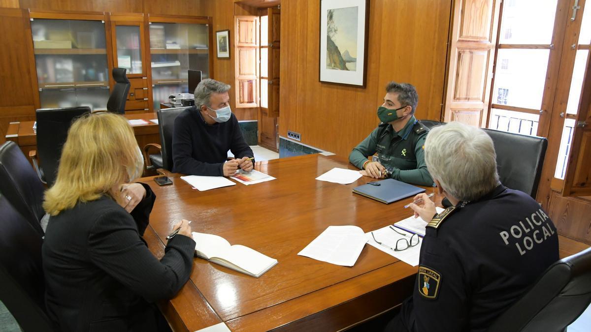 El alcalde y la edil de Seguridad, reunidos con los responsables de la Guardia Civil y la Policía Local