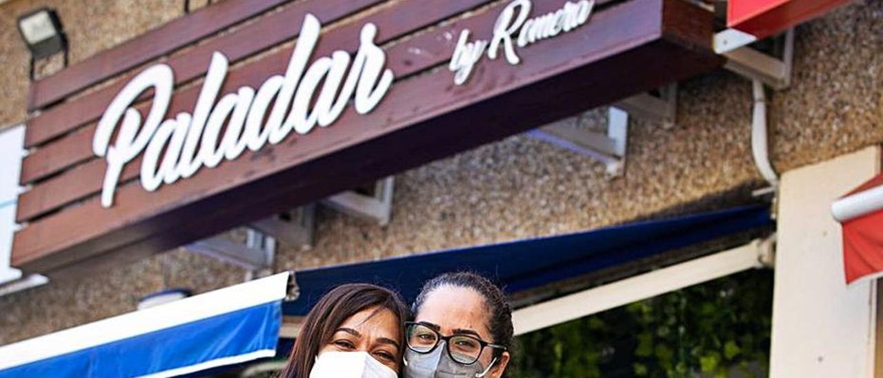 Grace Rodríguez y su madre, Esther, en el Paladar, su cafetería.