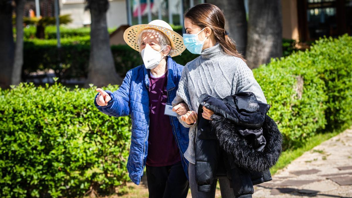 Las personas mayores de los 22 centros residenciales de Savia vuelven a salir a la calle.