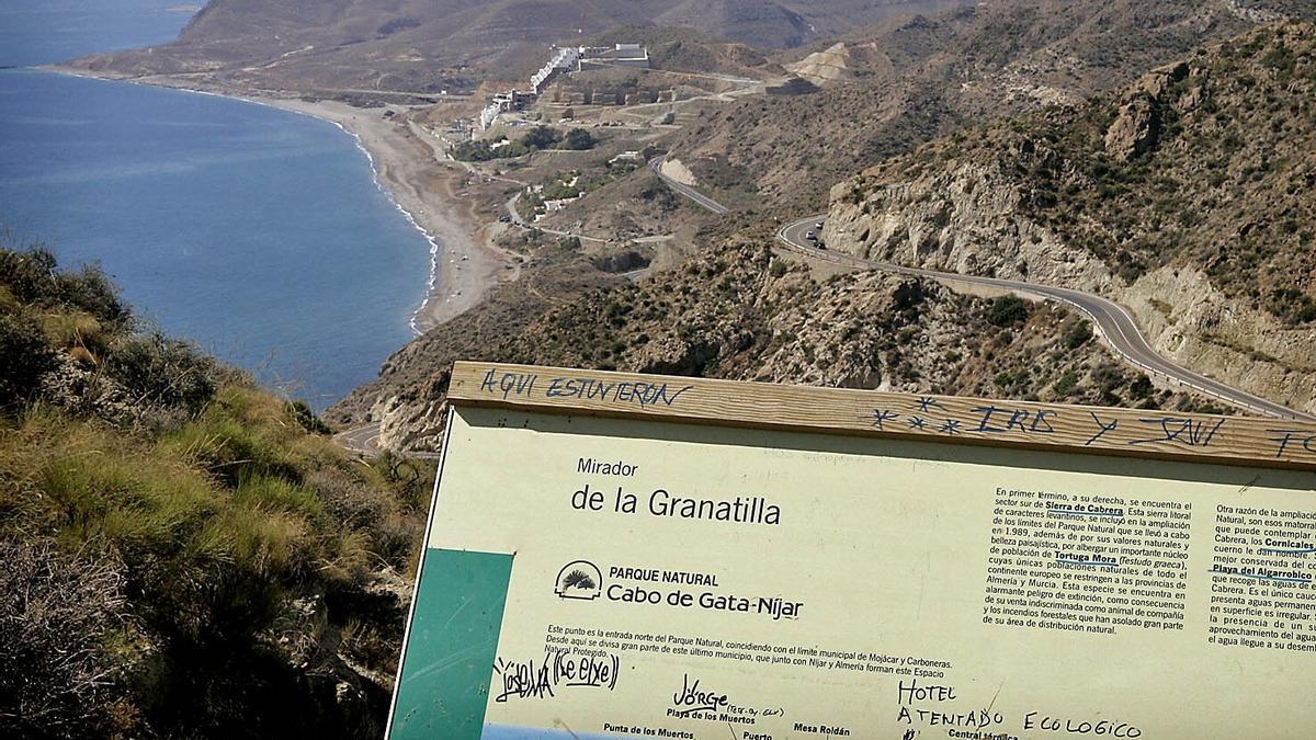 Hallan los cadáveres de un niño y cuatro adultos en varias playas de Almería.