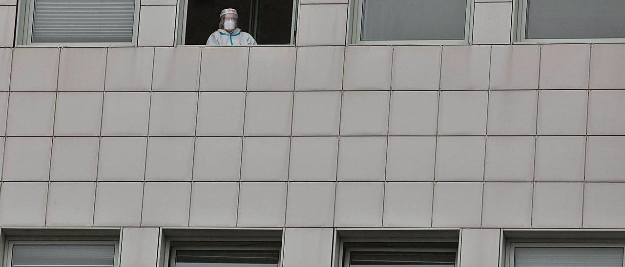Una sanitaria en la ventana del Hospital San Agustín de Avilés. | M. V.
