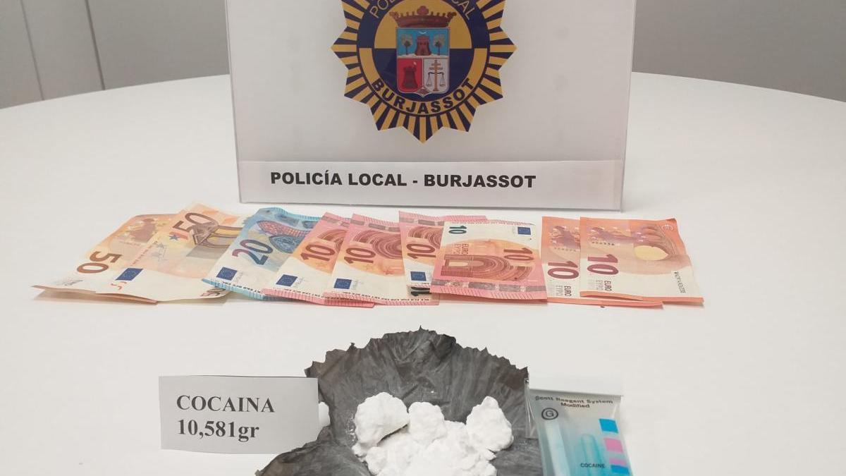 Dinero y droga intervenidos al falso voluntario de Protección Civil.