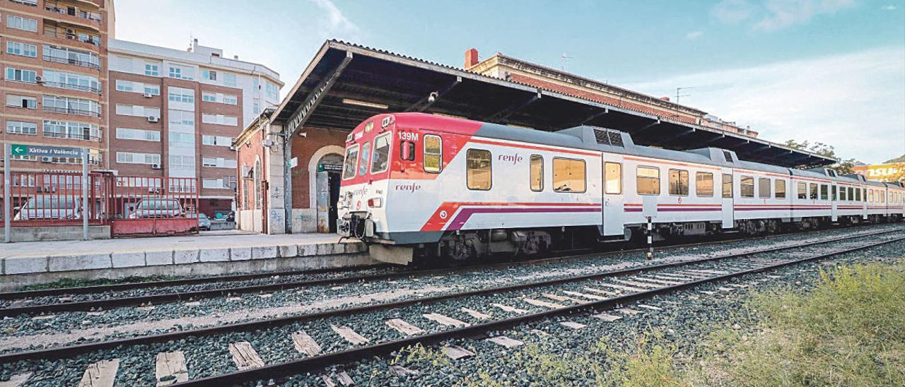 Un tren en la estación de Alcoy, listo para partir hacia València.