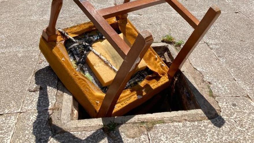 Un vecino ha colocado una silla para evitar caídas.