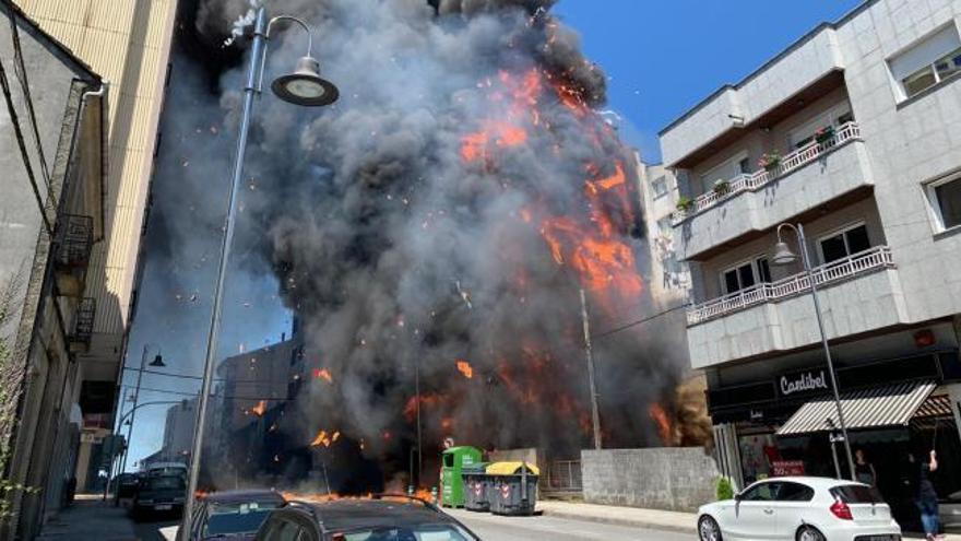 Un incendio en un solar afecta a una zona residencial en Silleda