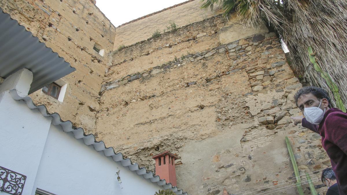 Un vecino señala hacia el tapial de la torre.