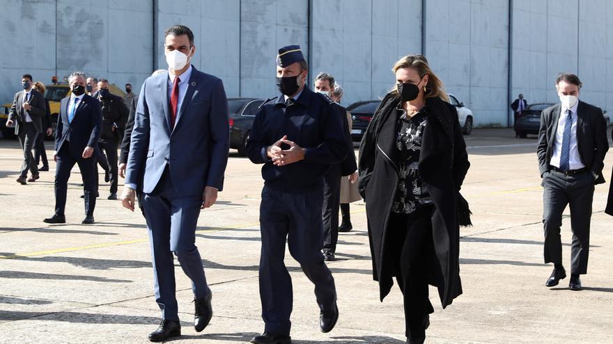 Sánchez visita la base de Talavera la Real para conocer los drones de vigilancia