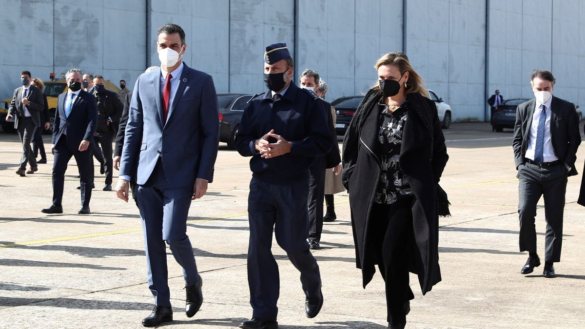Pedro Sánchez acompañado por la delegada del Gobierno en Extremadura en la base de Talavera.