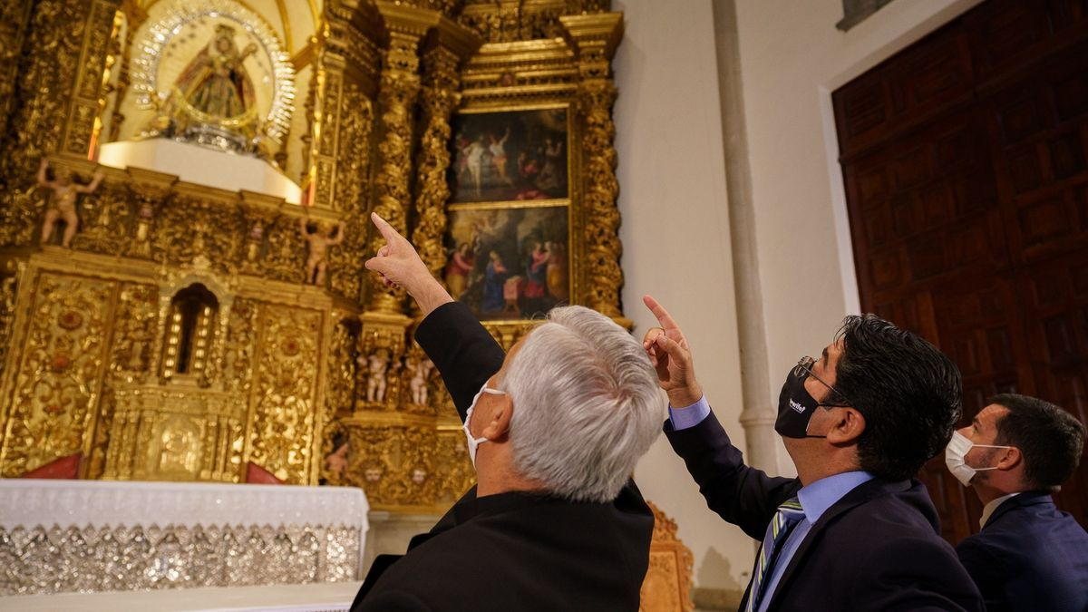 El obispo de Tenerife, Bernardo Álvarez, el presidente del Cabildo, Pedro Martín, y el director de Patrimonio Histórico del Cabildo, Emilio Fariña, observan el retablo restaurado.