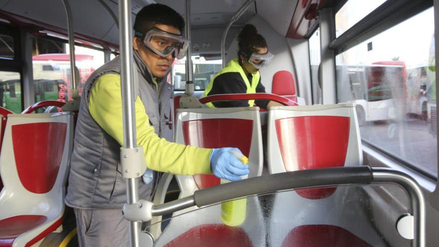 Vectalia desinfecta a diario los autobuses y reparte geles para sus conductores