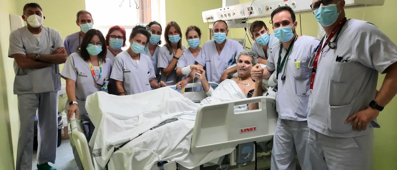 Dahdah Belkacem, rodeado del personal sanitario del Hospital General de Alicante