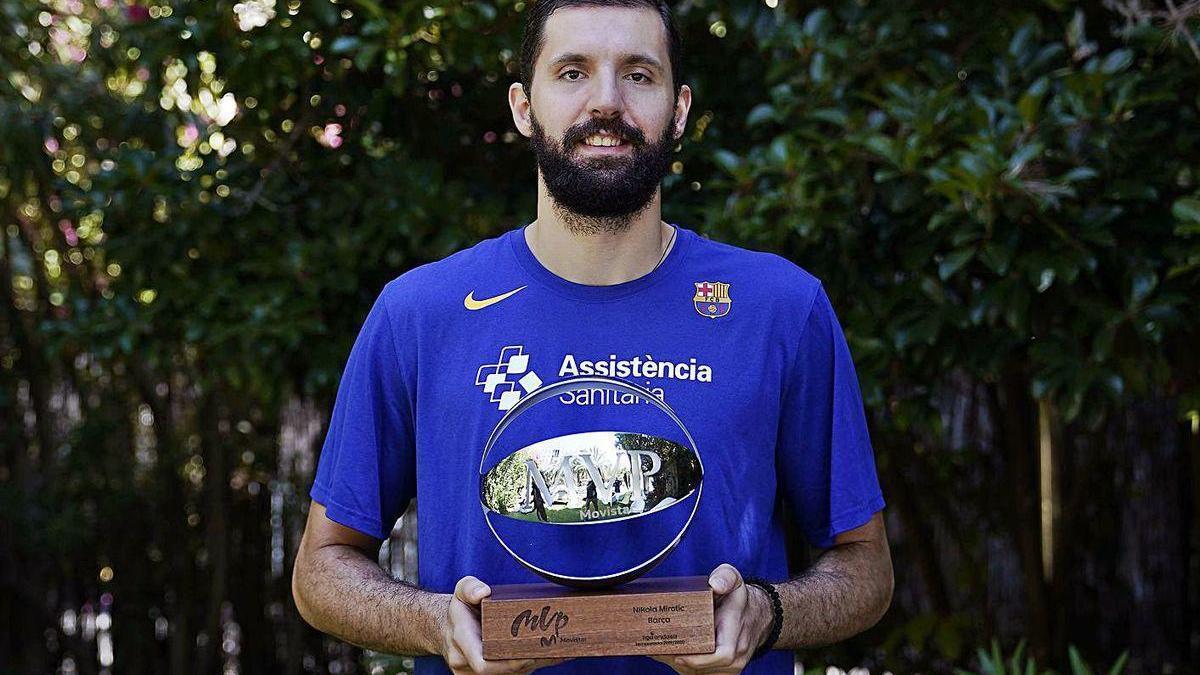 Nikola Mirotic, ayer con el trofeo de MVP que le acredita como el mejor de la temporada.