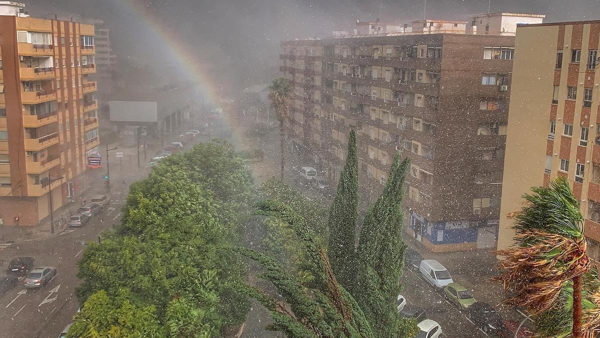 El jardín central de Poeta Emilio Baró, con el arco iris