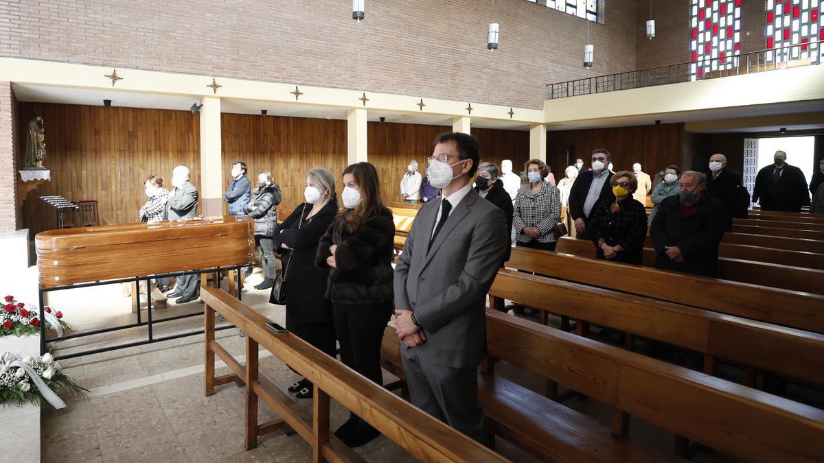 Asistentes al funeral por Marilí Menéndez Fidalgo en la iglesia de Soto de Trubia.