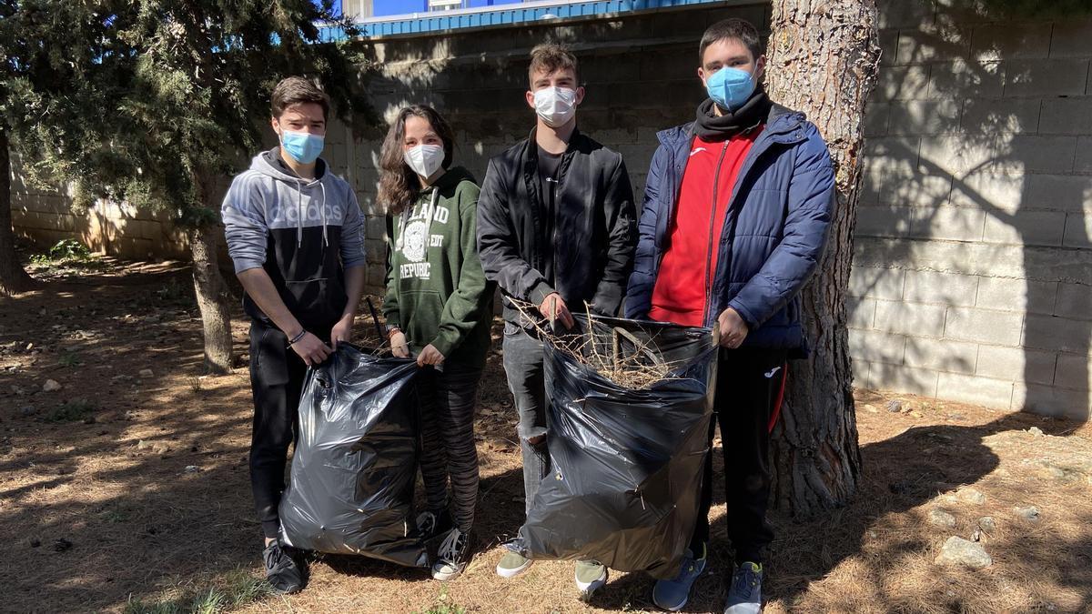 Los estudiantes tras la limpieza del entorno del instituto para construir el aula verde.